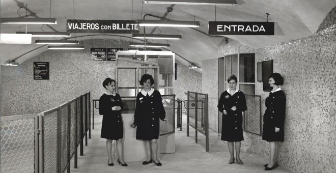 Agentes de taquilla y revisión en la madrileña estación de Vista Alegre, 1969. Fuente: Archivo fotográfico de Metro de Madrid, donada a memoriademadrid.es. Cedida por el autor para este reportaje.