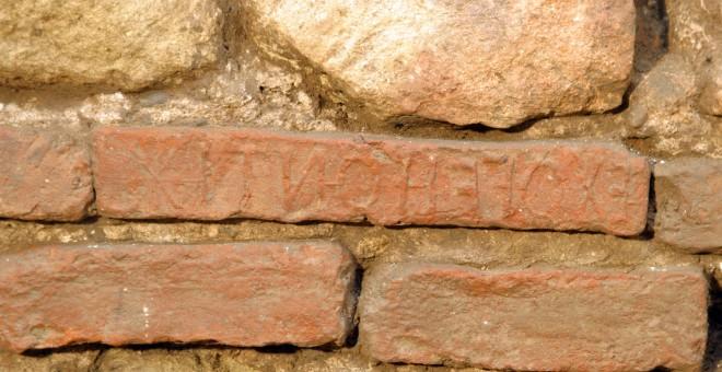 Ladrillo con crismón en los restos bajo la Mezquita de Córdoba