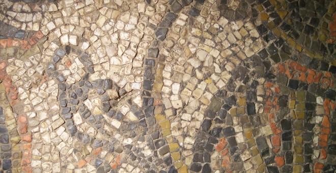 Detalle de ave sobre crátera floreada del mosaico