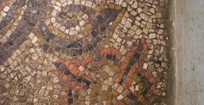 Detalle de corona sobre crátera floreada del mosaico del subsuelo de la Mezquita