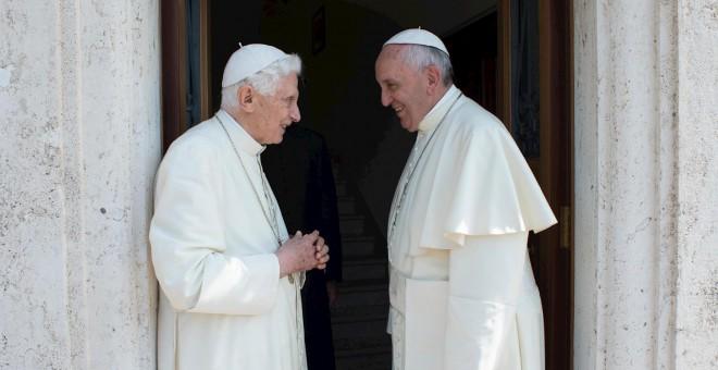 El Papa Francisoc y el Papa Emérito Benedicto XVI, en una fotografía de archivo de junio de 2015. - EFE