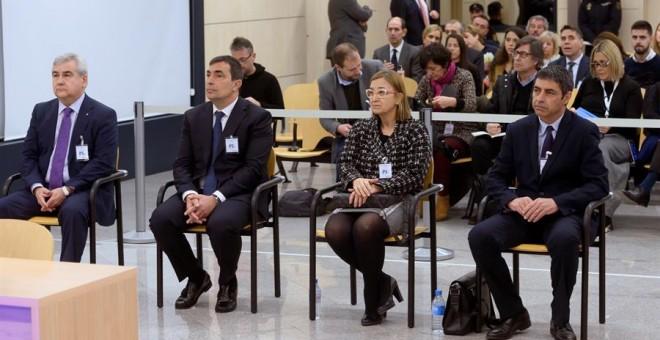El mayor de los Mossos d'Esquadra Josep Lluís Trapero (d), la intendente de los Mossos Teresa Laplana (2-d), el exdirector de los Mossos Pere Soler (2-i), y el exsecretario general de Interior César Puig (i), sentados en el banquillo. /EFE