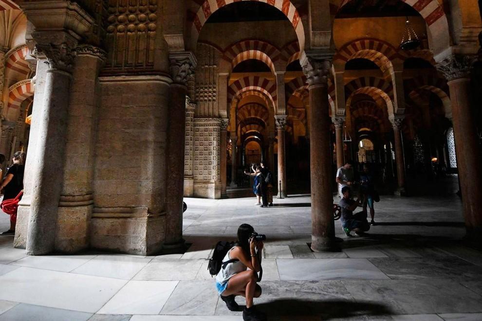 Unos turistas hacen fotografías en el interior de la Mezquita-Catedral de Córdoba. EFE /Rafa Alcaide
