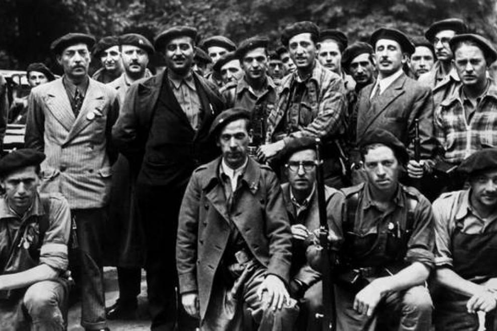 El jefe de los requetés, Manuel Fal Conde (3º izda, con chaqueta oscura), flanqueado por carlistas en Pamplona (Navarra) el 18 de julio de 1936. EFE