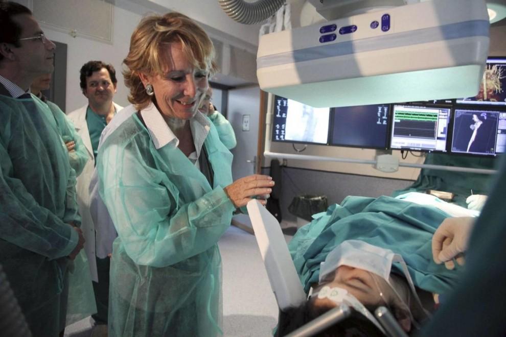 Esperanza Aguirre vestida de doctora en una visita a un hospital mientras era la presidenta de la Comunidad de Madrid. / EFE