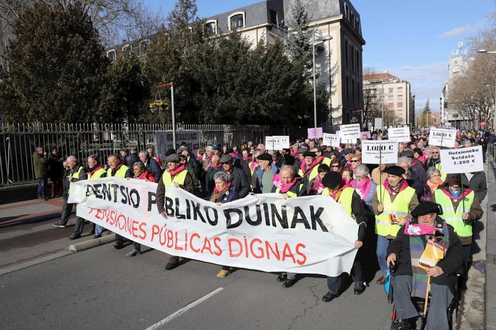 Miles de personas participan en una manifestación en Vitoria durante la huelga general convocada este jueves en Euskadi y Navarra por los sindicatos integrados en la Carta Social de Euskal Herria para reivindicar empleos estables y una pensión mínima de 1