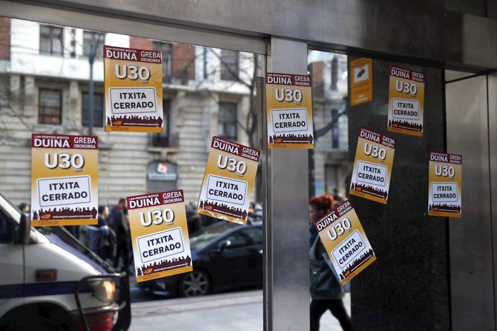 """Carteles en un comercio este jueves en Bilbao, donde los sindicatos convocantes de la huelga general en Euskadi y Navarra, liderados pro ELA y LAB, han destacado el """"amplio seguimiento"""" que, según sus datos, está teniendo el paro en las primeras horas de"""