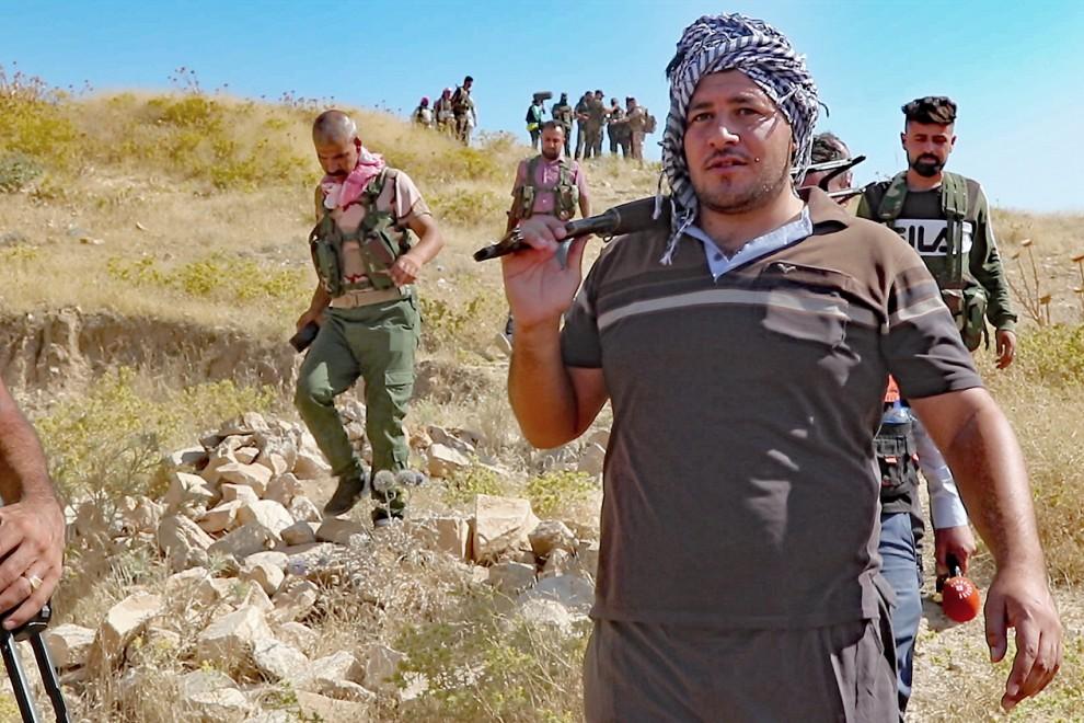 Paramilitares baten las montañas de Sinyar en busca de yihadistas que acaban de cometer un atentado terrorista. / Ferran Barber