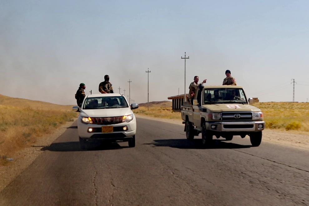 Miembros del grupo paramilitar de Haydar Shasho se movilizan para abatir en Sinyar a media docena de terroristas, tras un ataque. / Ferran Barber
