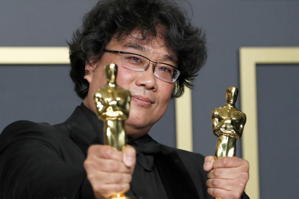10/02/2020 - El director Bong Joon Ho posa con dos estatuillas de los Oscar. / REUTERS -LUCAS JACKSON