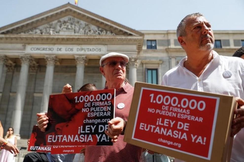 Change.org entrega en el Congreso más de un millón de firmas para solicitar que se despenalice la eutanasia en España. EFE/Emilio Naranjo/Archivo