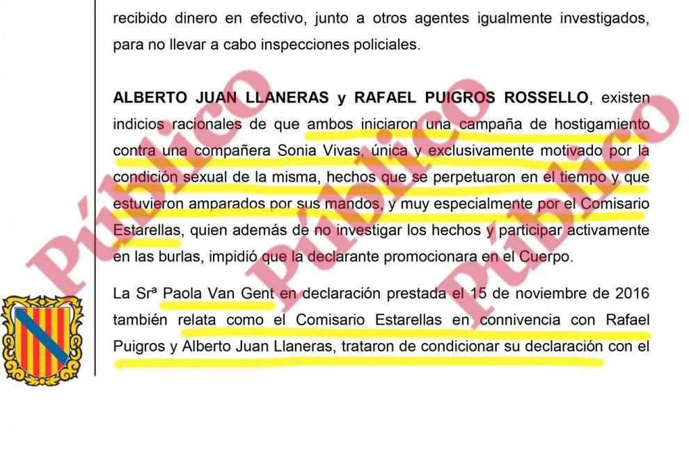 Párrafo del auto de procesamiento de los 36 policías locales de Palma imputados por trama mafiosa en la que se menciona a los dos agentes que hostigaron a Sonia Vivas en connivencia con un comisario.