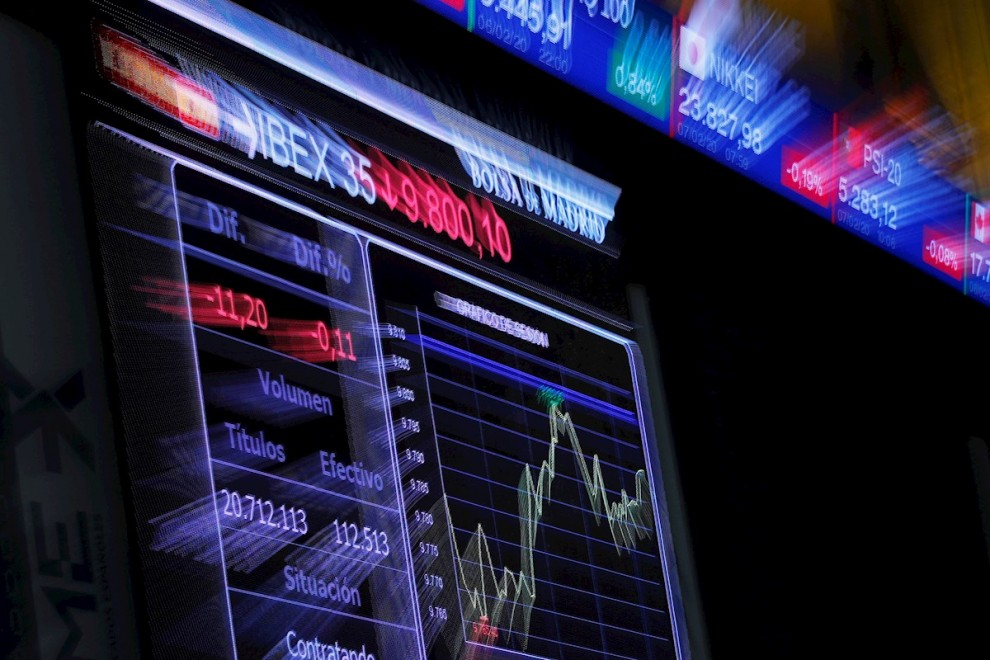 Imagen del panel informativo en el patio de negociación de la Bolsa de Madrid. EFE/Juan Carlos Hidalgo