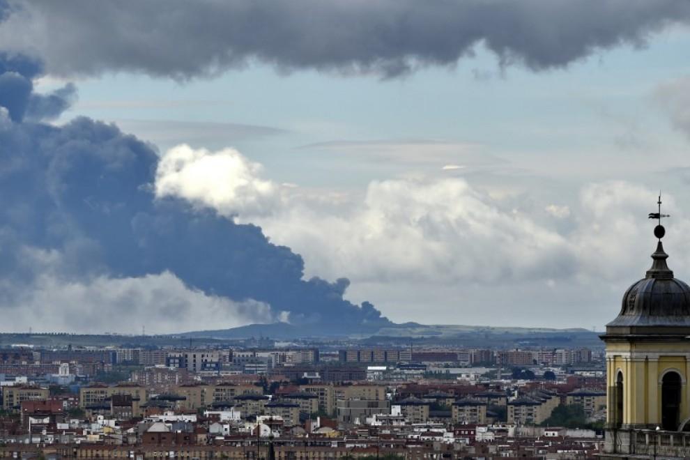 Vista desde Madrid del incendio del vertedero de neumáticos de Seseña. (Gerard Julien/AFP)