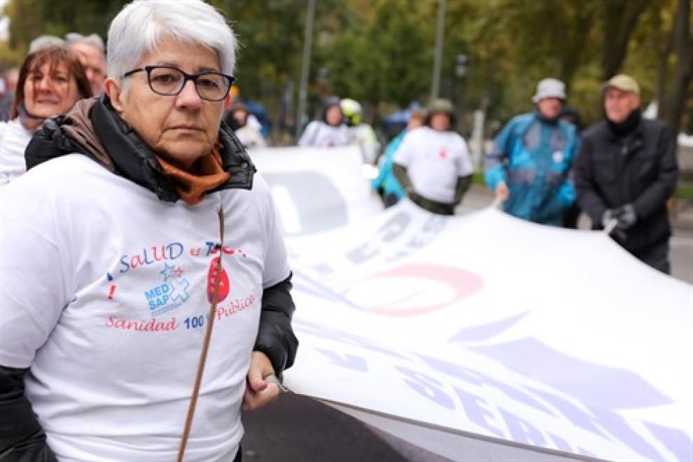 Una de las participantes en la manifestación de la Marea Blanca para defender la sanidad pública en la Comunidad de Madrid, que recorre la ciudad desde el Ministerio de Sanidad hasta la Plaza de Jacinto Benavente, en Madrid (España) a 17 de noviembre de 2