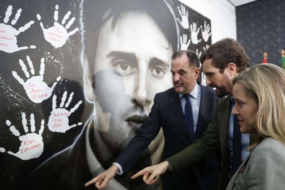 El candidato a lehendakari a las elecciones vascas, Carlos Iturgaiz, (i) junto al presidente del PP Pablo Casado, (c) y la presidenta del PP vasco, Amaia Fernández, (d) en el acto político celebrado este viernes en Ermua, Bizkaia. EFE/LUIS TEJIDO.