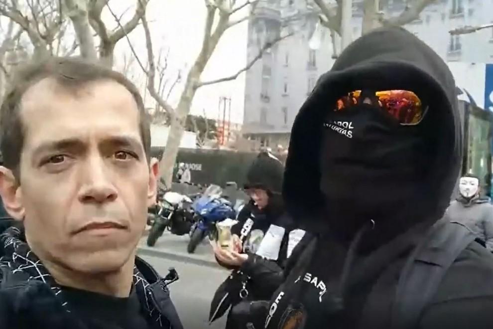 El policía nacional Jandro Lion, entrevistando a otro compañero encapuchado en la manifestación de este martes junto al Congreso.