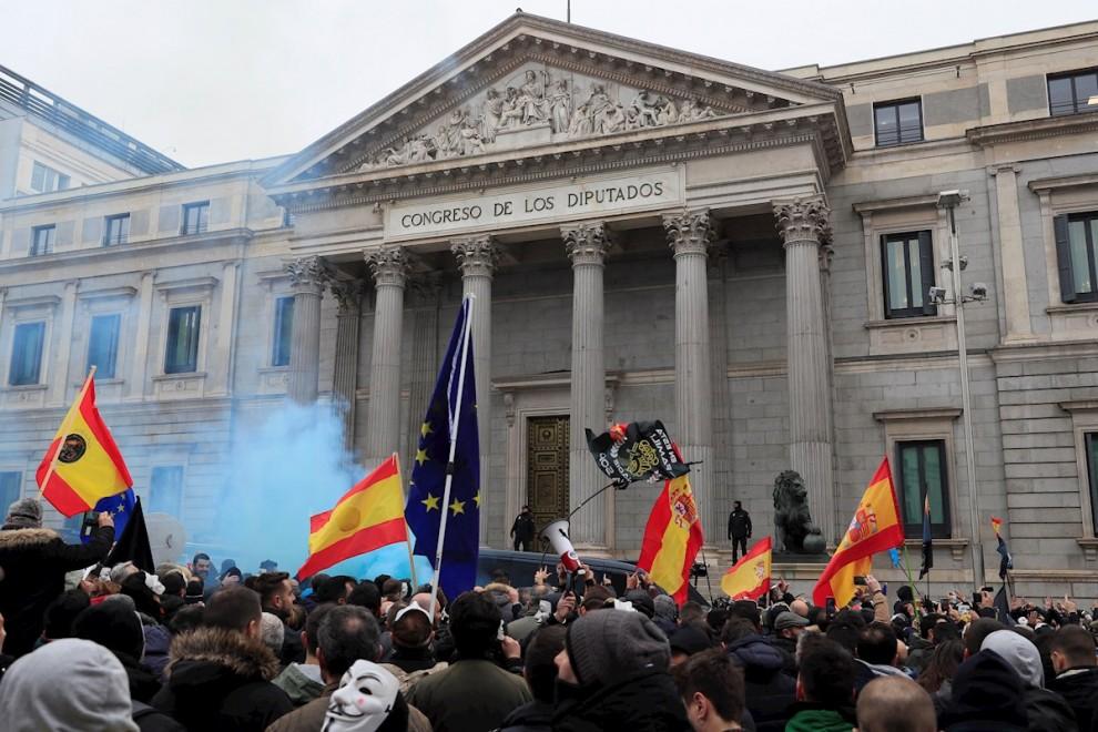 Policías y guardias civiles afiliados a la asociación JUSAPOL participan en una manifestación en contra el Gobierno en frente del Congreso en Madrid este martes. EFE/Fernando Alvarado