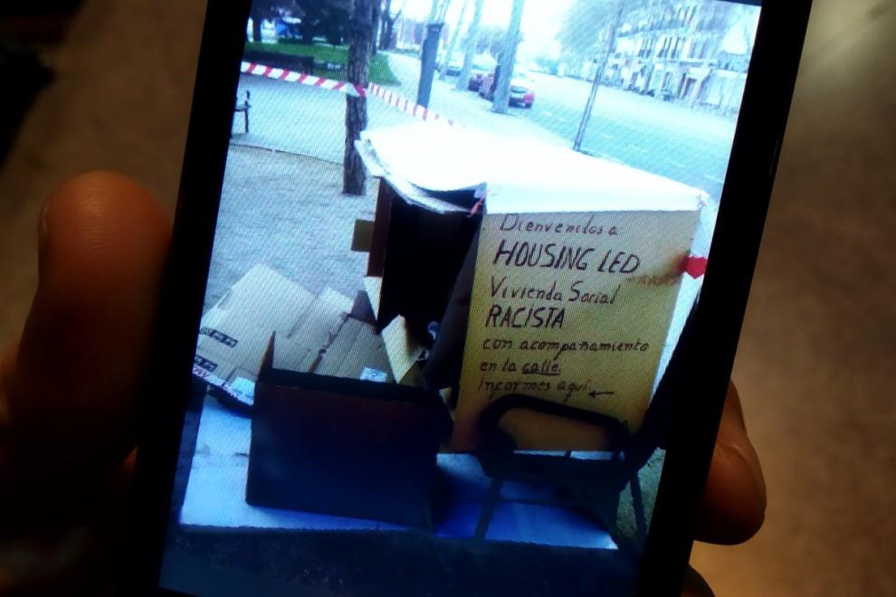 German muestra la foto del banco donde duerme cada noche. / H.M.