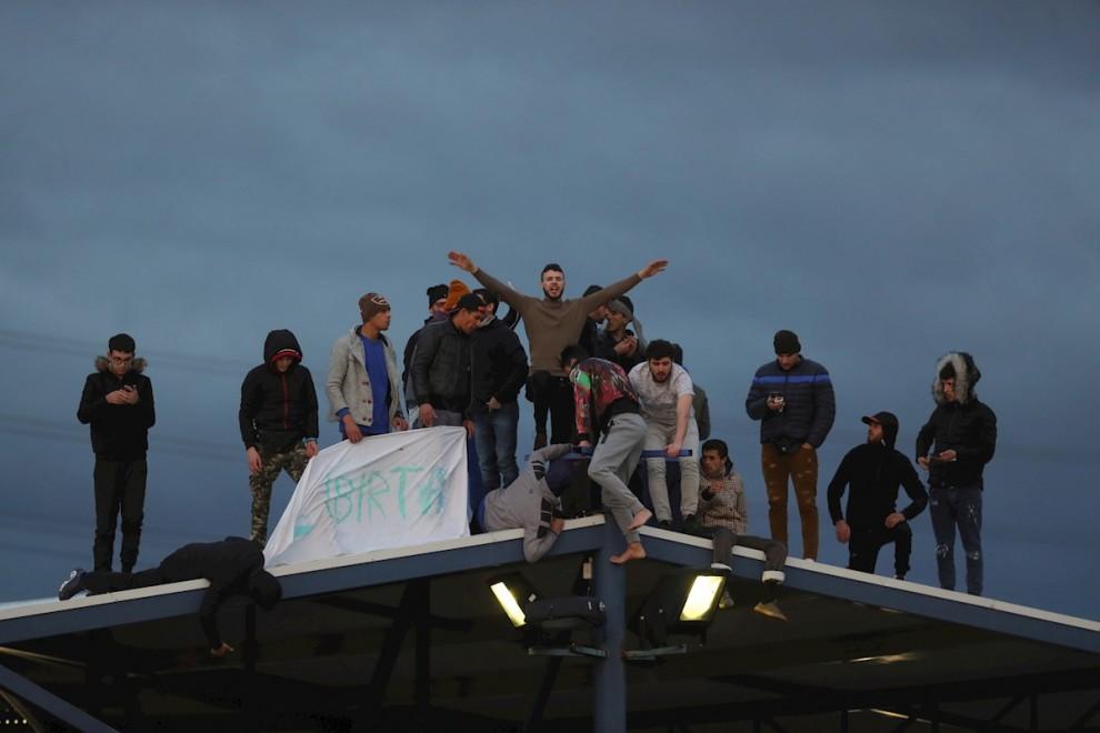 17/03/2020.- Los inmigrantes en situación irregular internos en el Centro de Internamiento de Extranjeros (CIE) de Aluche se amotinan por posibles contagios de coronavirus dadas las malas condiciones higiénicas del centro, hoy lunes en Madrid. El Minister
