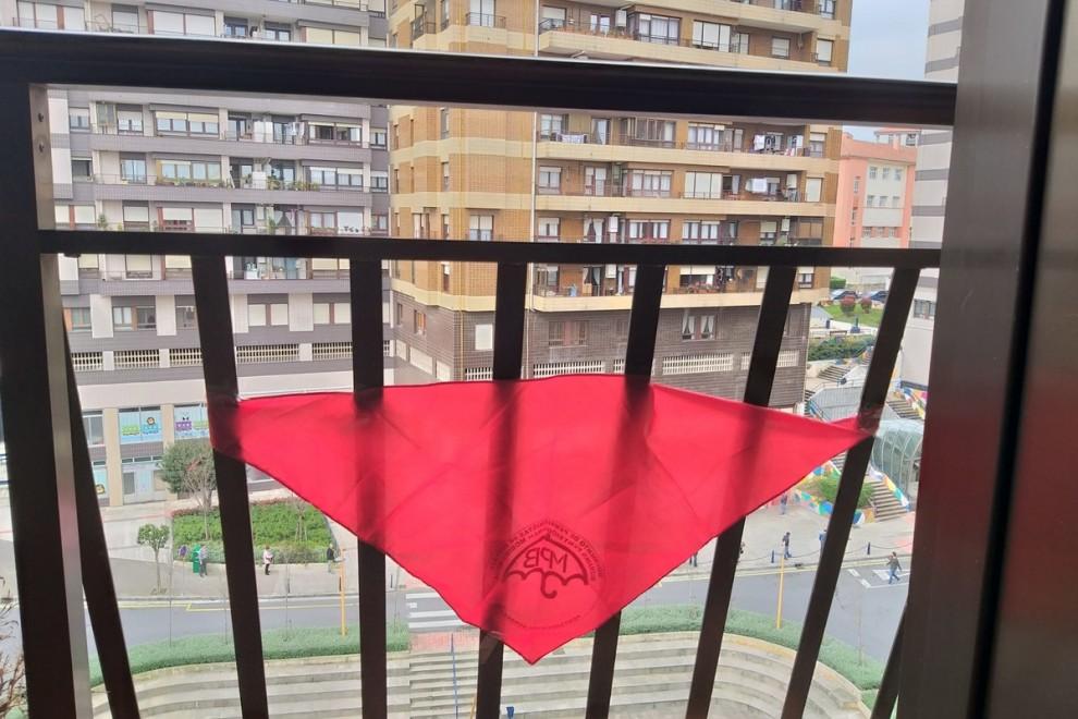 El pañuelo rojo del Movimiento de Pensionistas de Bizkaia en uno de los balcones. PÚBLICO