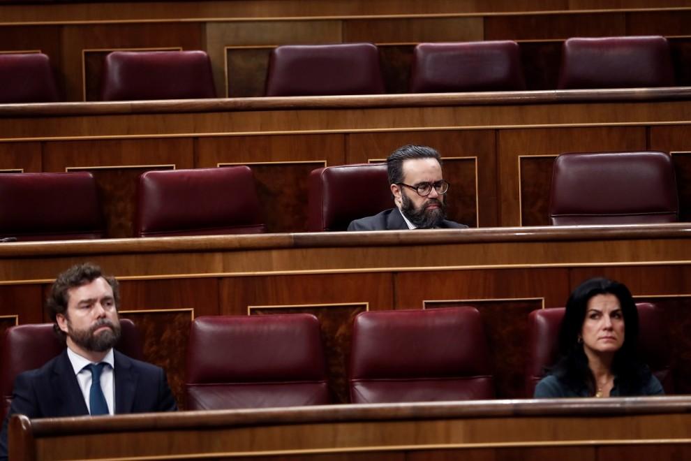 18/03/2020.- Los diputados de Vox Iván Espinosa de los Monteros (i), José María Sánchez García (arriba) y María de la Cabeza Ruiz Solás en el Congreso. / EFE - MARISCAL