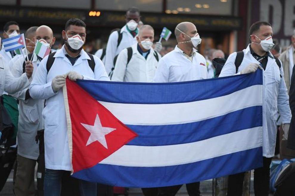 Médicos cubanos durante su llegada a Italia para ofrecer ayuda humanitaria. REUTERS