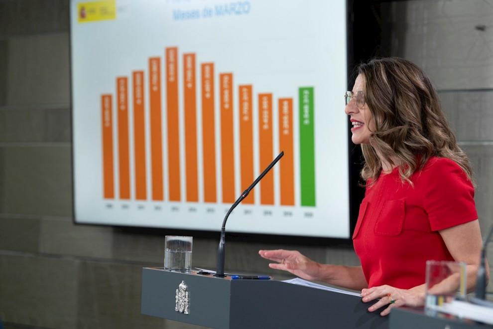 La ministra de Trabajo Yolanda Díaz presenta en rueda de prensa los últimos datos del paro./ Borja Puig de la Bellacasa (Pool Moncloa/EFE)