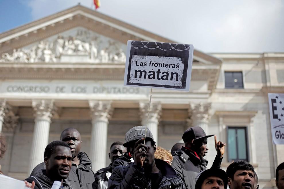 Manteros frente al Congreso. Imagen cedida por Byron Maher - Sindicato de Manteros de Madrid