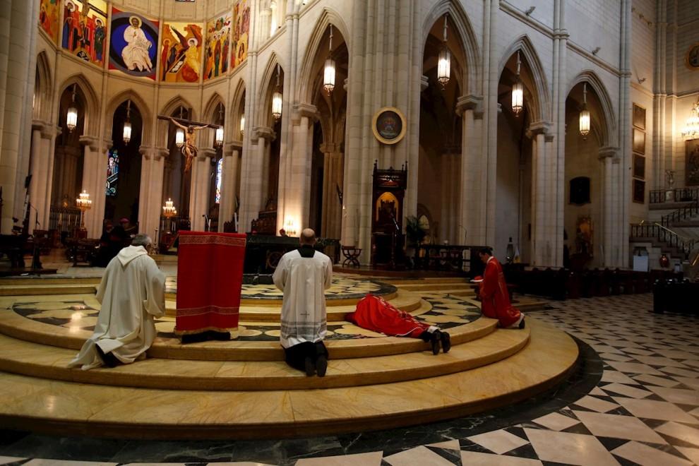 El arzobispo de Madrid, Carlos Osoro (2d), preside a puerta cerrada los oficios de este Viernes Santo en la Catedral de la Almudena, en Madrid. EFE/ Mariscal