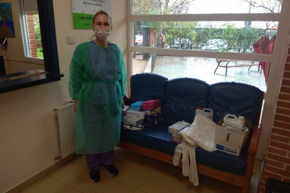 Una empleada de una residencia de Plena Inclusión con su equipo de protección individual (EPI).
