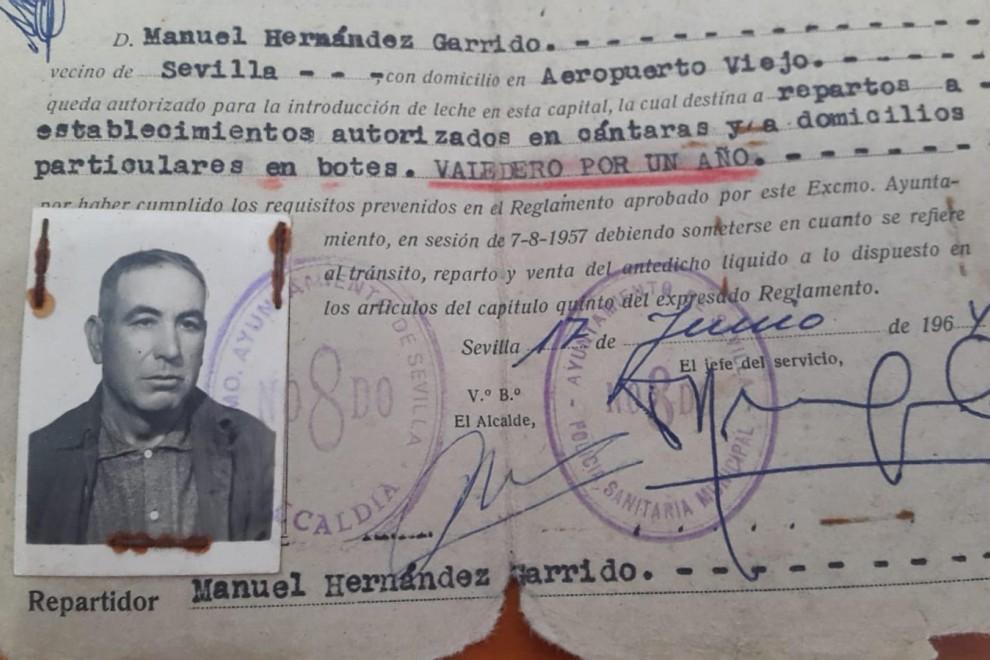 Foto del carné de lechero de Manuel Hernández durante la dictadura. / ARCHIVO ANTONIO RAGEL