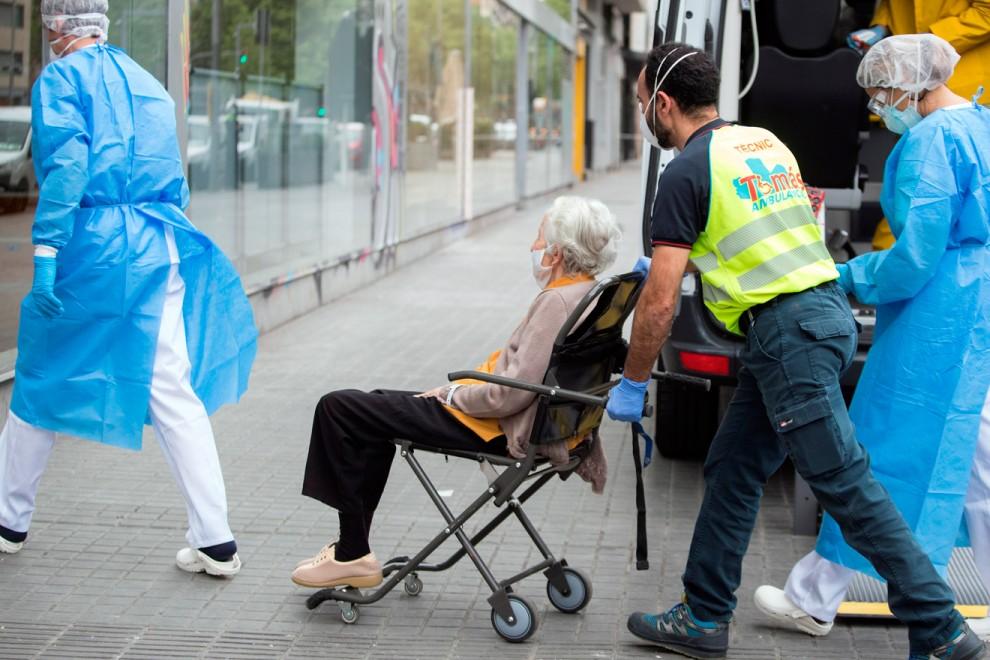 La Generalitat está trasladando ancianos con un elevado nivel de dependencia y enfermos de covid-19, procedentes de geriátricos que carecen de condiciones para atenderlos, a la residencia medicalizada abierta en Barcelona. EFE/ Marta Pérez