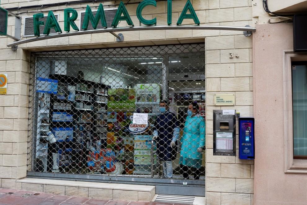 Empleados de una farmacia cerrada durante el estado de alarma por la pandemia del coronavirus.. REUTERS/Jon Nazca
