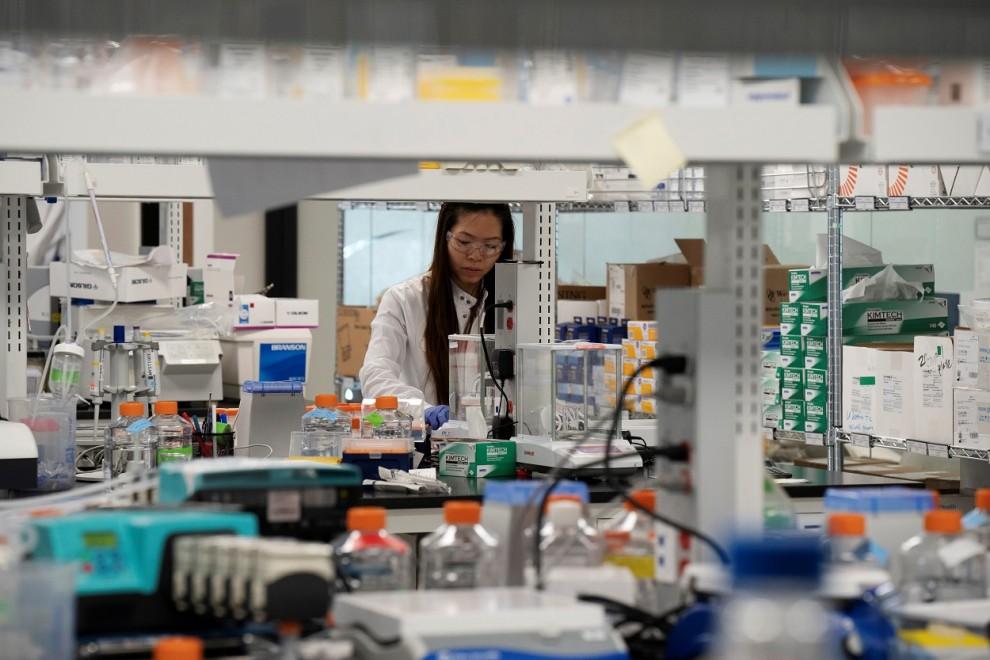 Una investigadora trabajado para la vacuna del coronavirus, en un laboratorio en San Diego (California, EEUU). REUTERS / Bing Guan