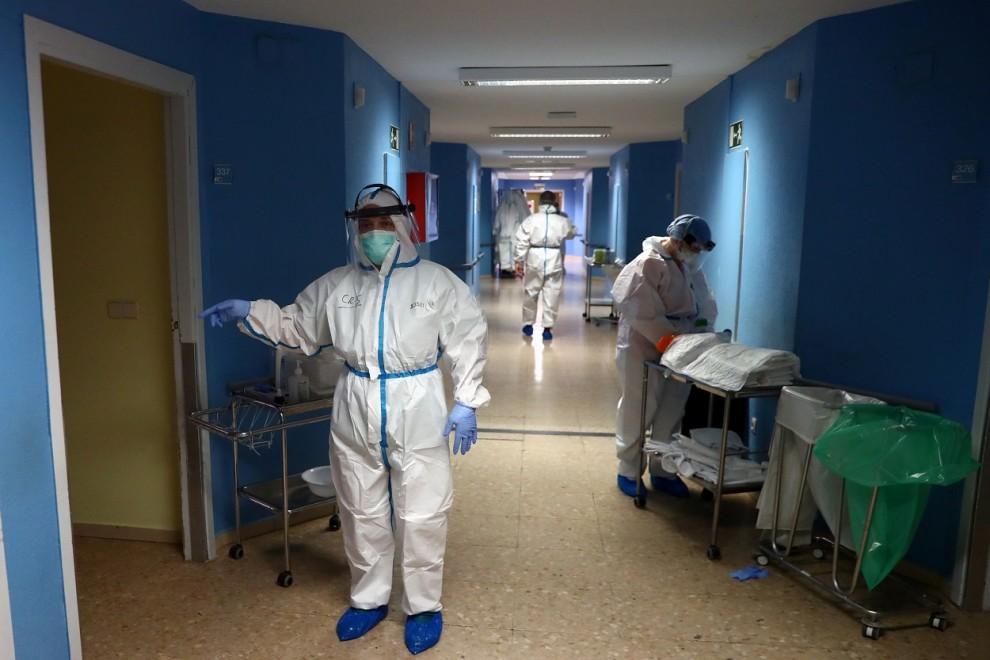 Enfermeras y otro personal sanitario con el equipo de protección individual, en el Hospital Principe de Asturias de Alcala de Henares (Madrid). REUTERS/Sergio Perez