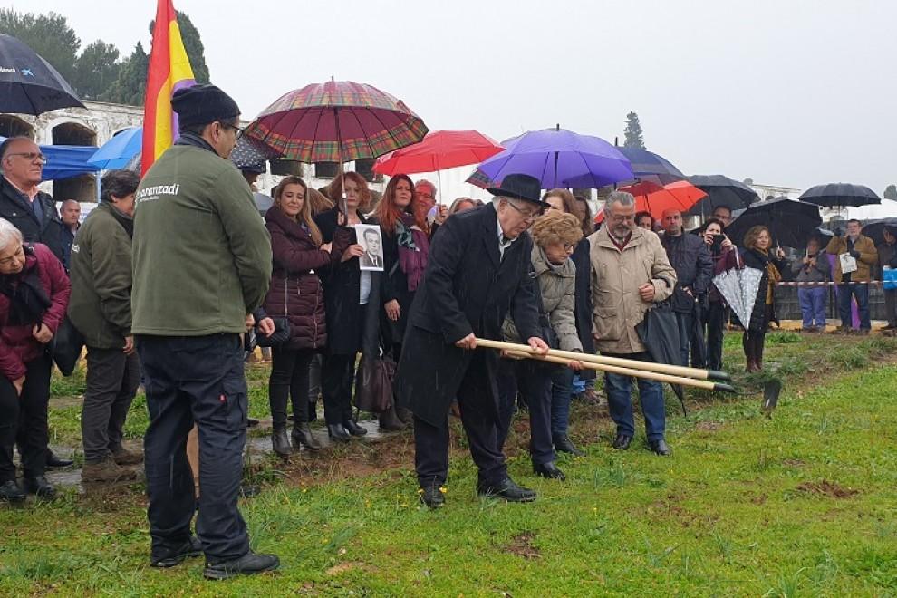 Familiares de víctimas de la fosa de Pico Reja en el transcurso de los trabajos. AYUNTAMIENTO DE SEVILLA.