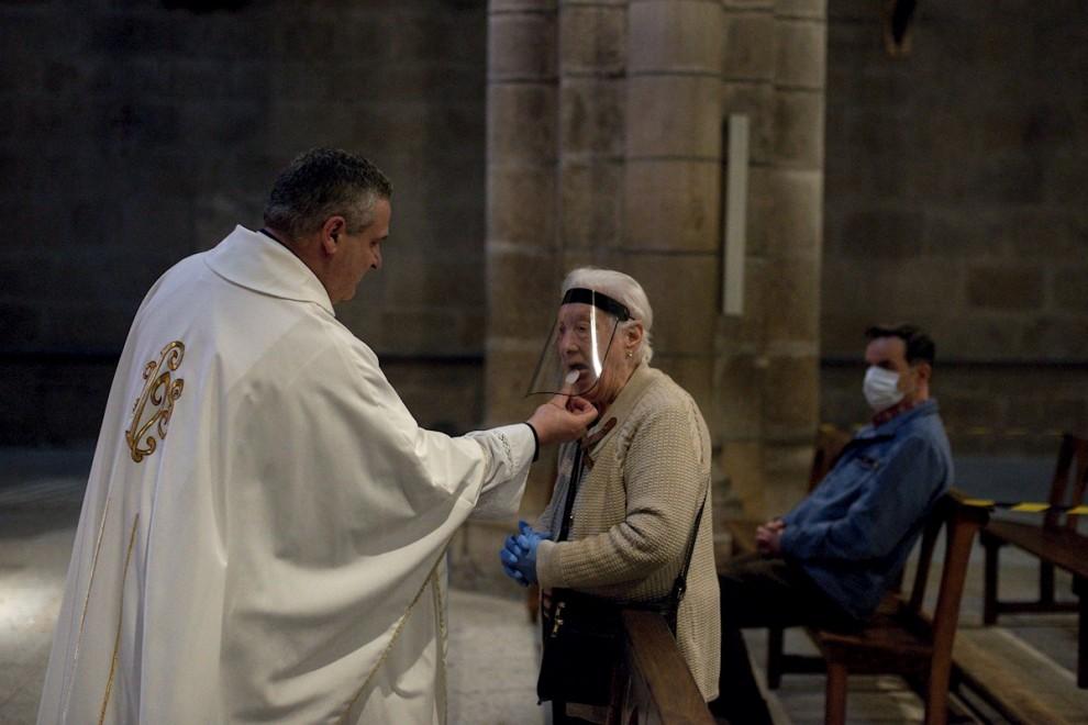 11/05/2020.- Una mujer comulga durante la celebración de misa en el interior de la catedral de Ourense. / EFE - BRAIS LORENZO