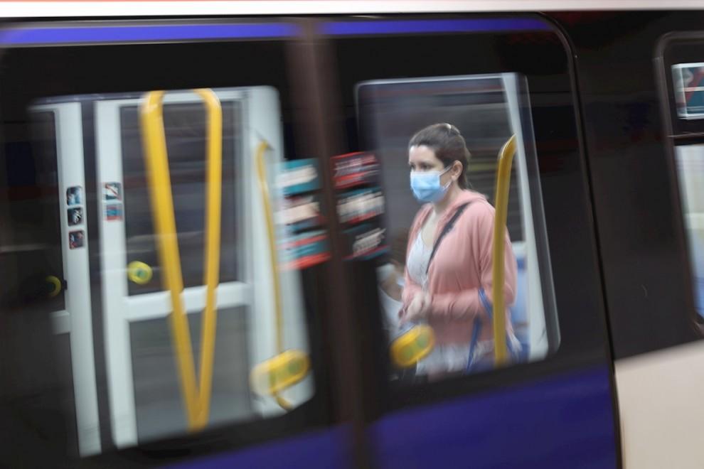 Una pasajera con mascarilla en un tren en la estación de metro de Sol en Madrid este lunes en el que la Comunidad de Madrid, el área metropolitana de Barcelona y amplias zonas de Castilla y León activan las medidas de alivio del confinamiento de la conoci