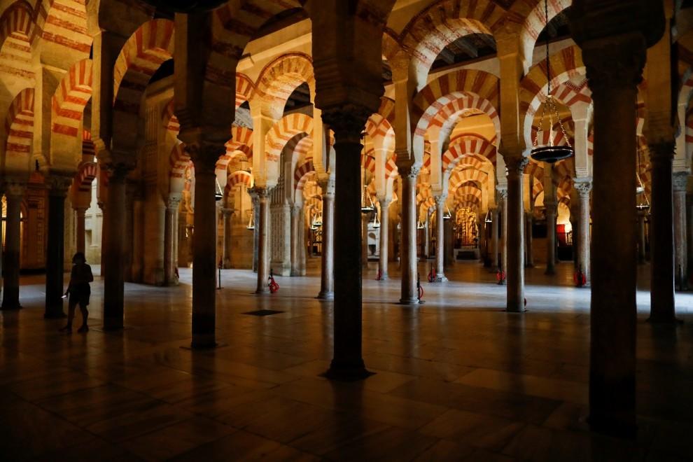 Una mujer visita la Mezquita de Córdoba, el primer día de su reapertura tras el cierre por la emergencia sanitaria debido a la pandemia del coronavirus. REUTERS/Jon Nazca