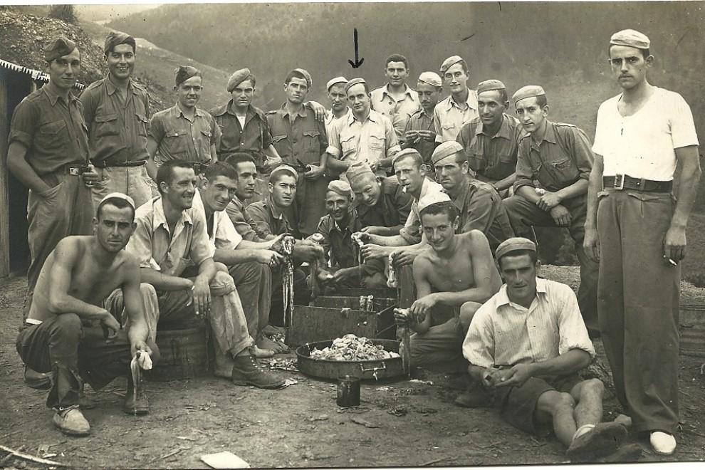 Luis Ortiz Alfau (señalado en el centro), con otros trabajadores forzados. ARCHIVO DE LUIS ORTIZ ALFAU
