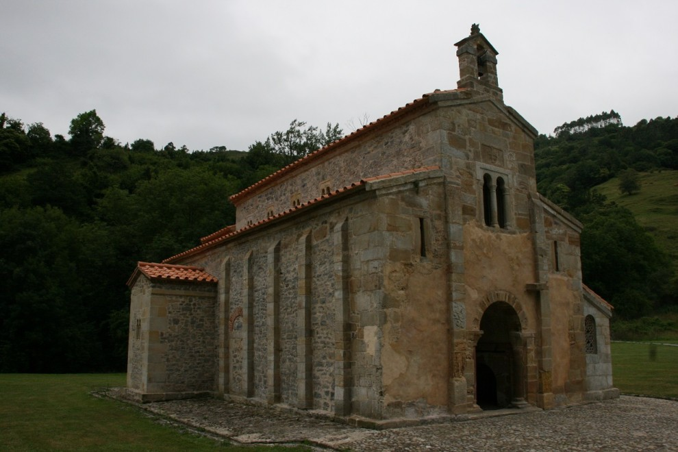 Fachada del lado norte de la Iglesia prerrománica de San Salvador de Valdediós en Asturias. WIKIPEDIA