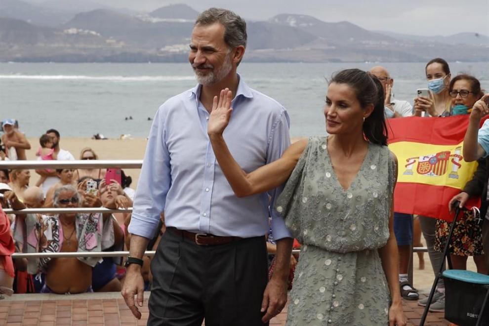 El rey Felipe VI (i) y la reina Letizia (d) en el paseo marítimo de la playa de Las Canteras en su visita a las Palmas de Gran Canaria, este martes. / EFE/ Ballesteros
