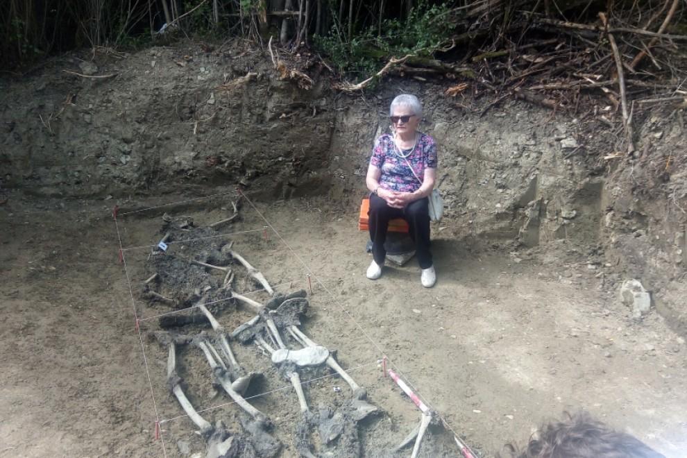 Paulina junto a la fosa donde fue encontrado Leoncio.- INSTITUTO NAVARRO DE LA MEMORIA