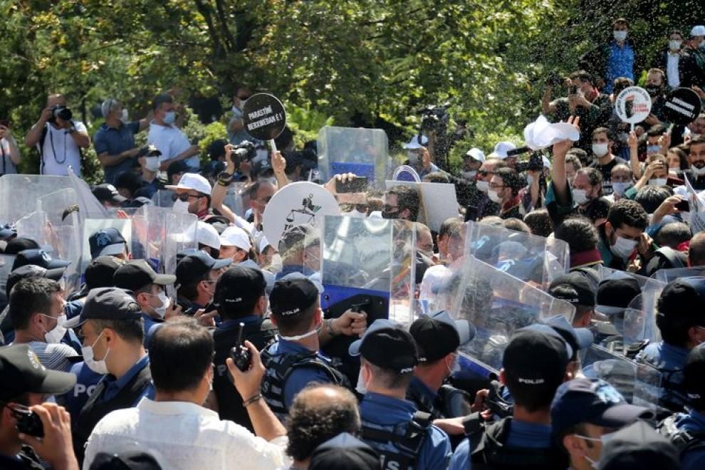 Turquía aprueba una ley que amenaza la independencia de los abogados