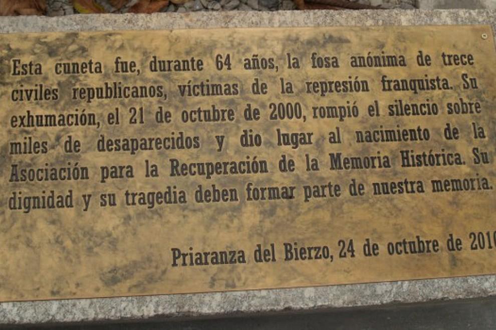Inscripción en el lugar donde se acometió la primera exhumación con metología científica en España en el año 2000.- ARMH