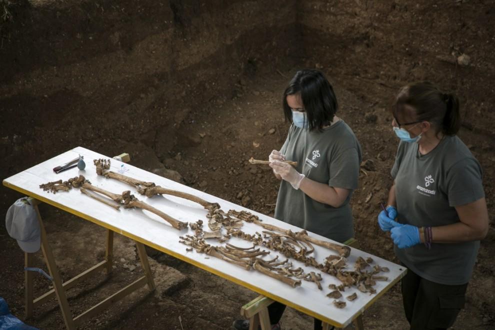 Personal técnico trabajando en la exhumación de la fosa común de Pico Reja, una de las mayores fosas del franquismo, ubicada en el cementerio de San Fernando, en Sevilla. María José López / Europa Press