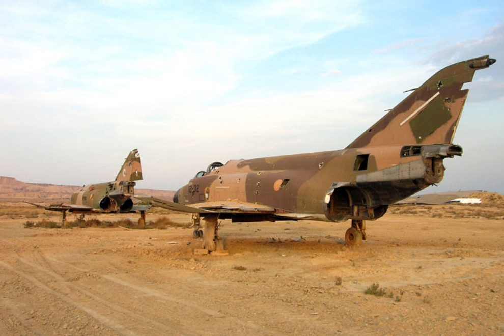 Aviones fuera de uso colocados para ser utilizados como blancos en las maniobras aéreas del Polígono de Tiro de Bardenas. MINISTERIO DE DEFENSA