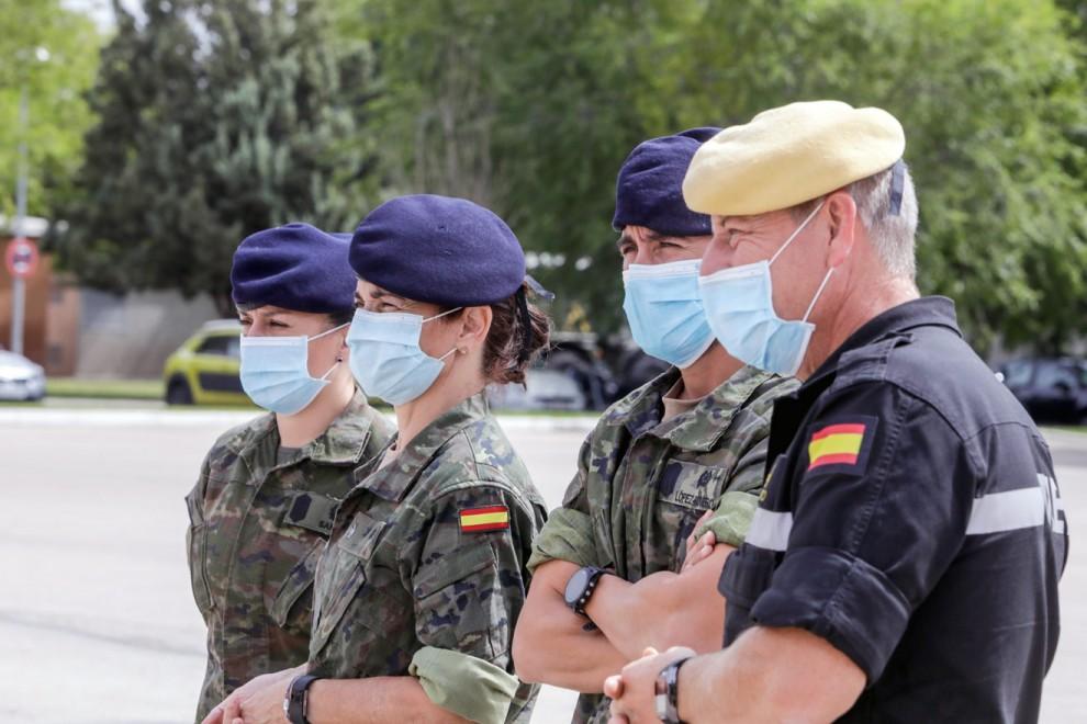 Tres rastreadores del Ejército de Tierra y uno de la Unidad Militar de Emergencias (UME), en la Base Aérea de Torrejón de Ardoz, en Madrid, ayer. Ricardo Rubio / Europa Press