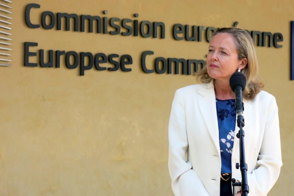 GRAF1078. BRUSELAS, 07/09/2020.- La ministra de Economía, Nadia Calviño, atiende a los medios durante su visita este lunes a la Comisión Europea, en Bruselas. EFE/Leo Rodríguez
